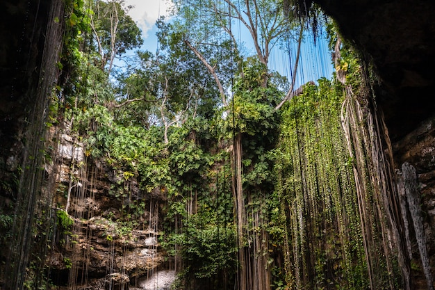 Caverna subterrânea do lago do cenote de ik kil