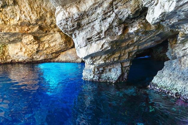 Cavernas azuis dentro de zakynthos, grécia, cabo skinari