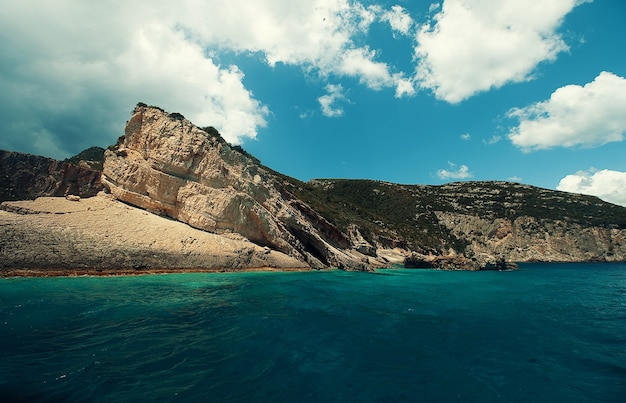 Cavernas azuis na ilha de zakynthos, grécia
