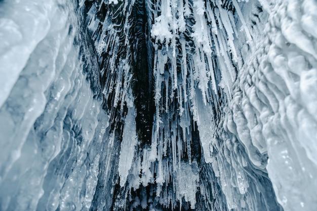 Cavernas de gelo com água congelada no lago baikal, rússia