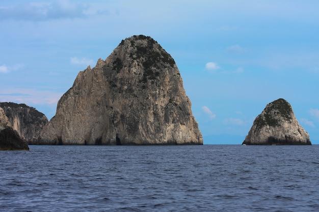 Cavernas em ilhas rochosas na grécia