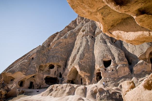 Cavernas escavadas na rocha como moradias na cidade de cavusin, na região do turco