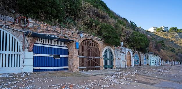 Cavernas na praia de passetto