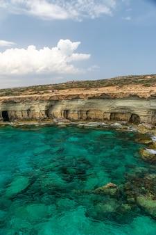 Cavernas pitorescas do mar estão localizadas na costa do mediterrâneo.