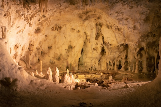 Cavernas subterrâneas com formações de estalactites e estalagmites nas cavernas frasassi (grotte di frasassi), marche, ancona, itália