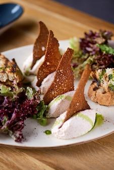 Caviar de berinjela com mousse de queijo na mesa, em restaurante