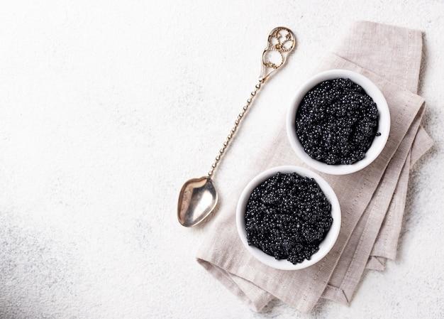 Caviar de esturjão preto em taças
