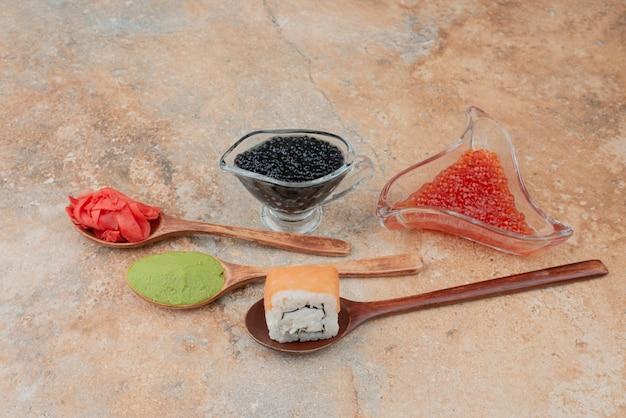 Caviar delicioso com colher de gengibre e vasabi em mármore