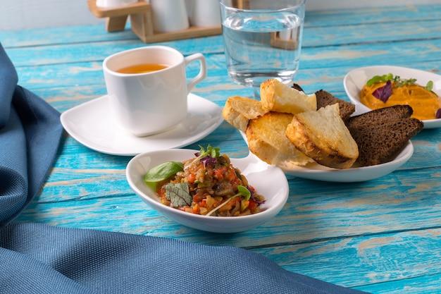 Caviar e pão vegetais