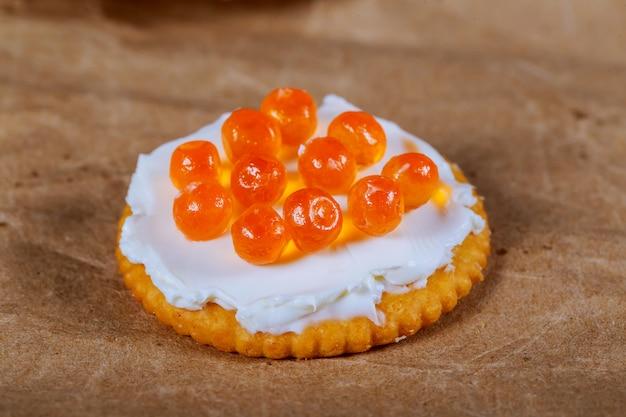 Caviar no biscoito. caviar vermelho em uma fatia de pão