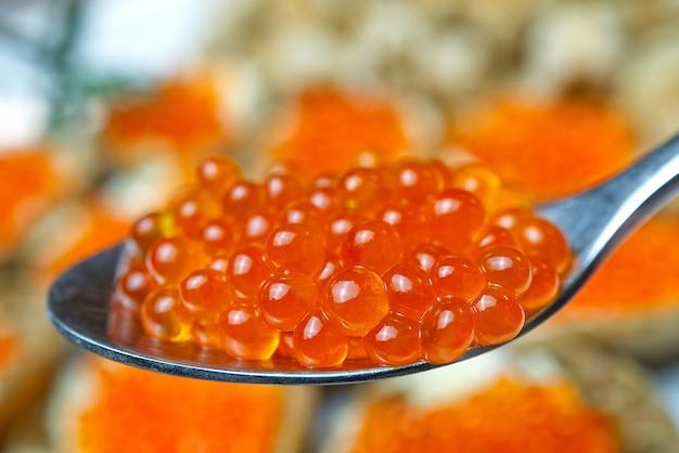 Caviar vermelho. caviar em colher. comida gourmet. aperitivo
