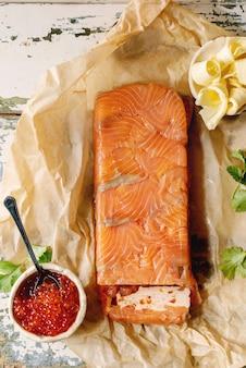 Caviar vermelho com pão e manteiga