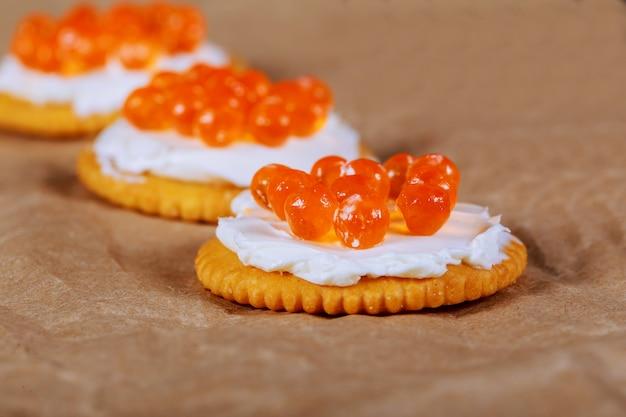 Caviar vermelho, em, fish-shape, tigela, com, bolachas, closeup, foco seletivo