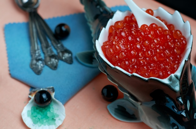 Caviar vermelho em pratos de porcelana