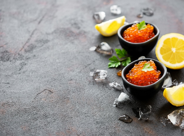 Caviar vermelho em taças