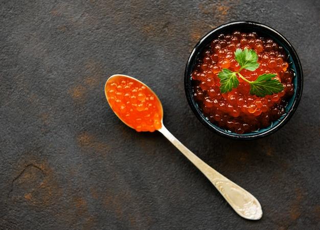 Caviar vermelho na tigela