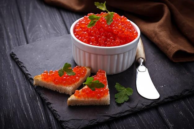Caviar vermelho sobre fundo de ardósia