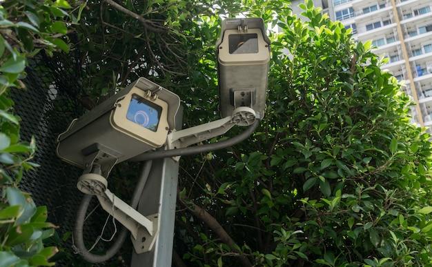Cctv é anexado ao parque público. para monitorar a segurança e aplicar as regras