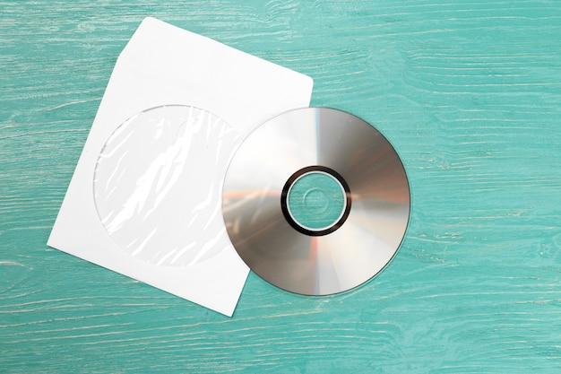 Cd disco na mesa de madeira