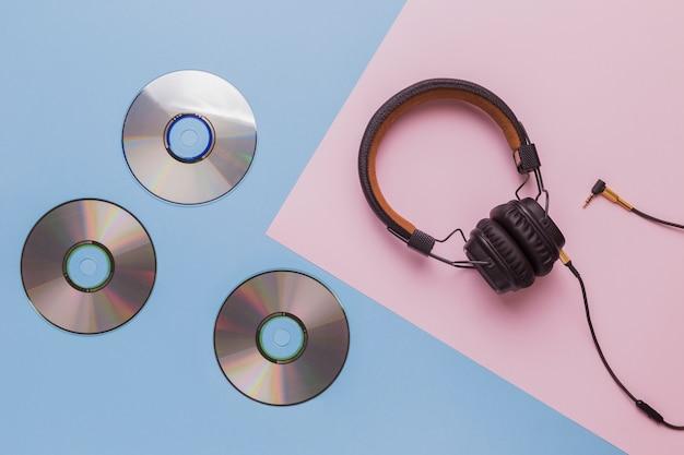 Cds de música com fones de ouvido