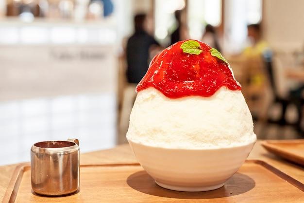 Ce leite sobremesa coreana, bingsu com morango