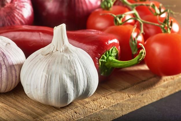 Cebola, alho, pimenta e tomate.