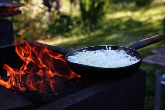 Cebola frita em chamas ao ar livre