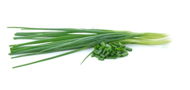 Cebola verde isolada no fundo branco