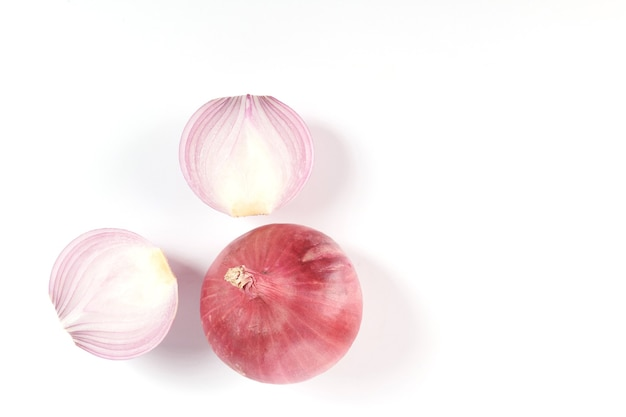 Cebola vermelha inteira e fatiada, cebola fresca isolada na superfície branca com traçado de recorte