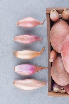 Cebolas e batatas frescas orgânicas não cozidas.