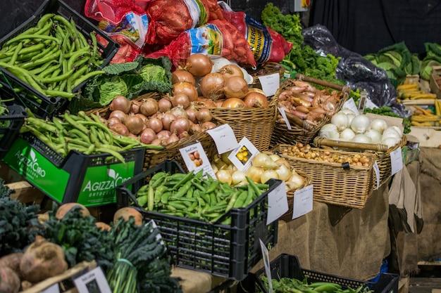 Cebolas e ervilhas no mercado