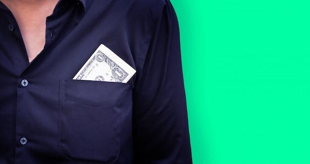 Cédula do dinheiro do dólar na camisa de bolso