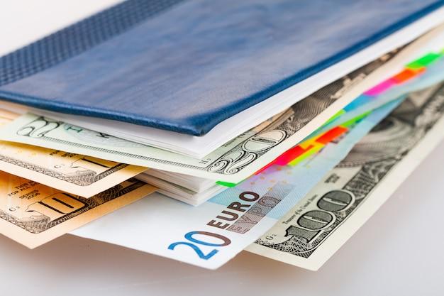 Cédulas diferentes entre páginas do planejador diário. dólares e moeda euro em diário.