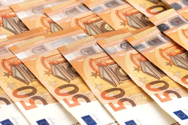 Cédulas do dinheiro do euro do fundo do dinheiro. 50 notas de euro