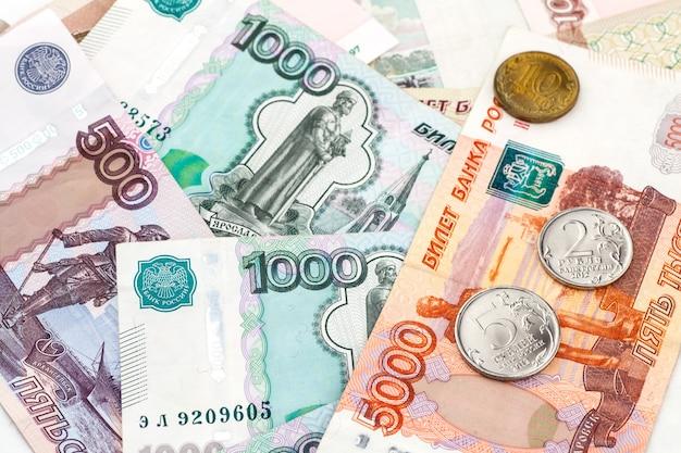 Cédulas e moedas dos rublos de russo.
