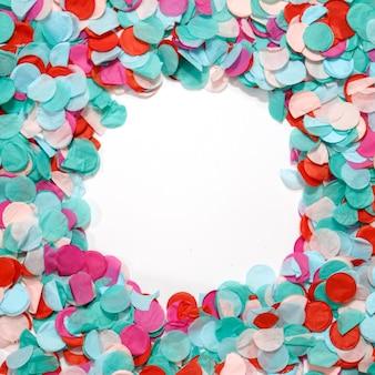 Celebração colorida dos confetes do quadro do círculo no fundo branco. fundo de festa.