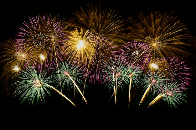 Celebração colorida dos fogos-de-artifício e o céu da meia-noite.