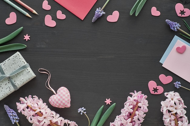 Celebração da primavera, postura plana, jacintos flores, cartões, presentes e corações rosa