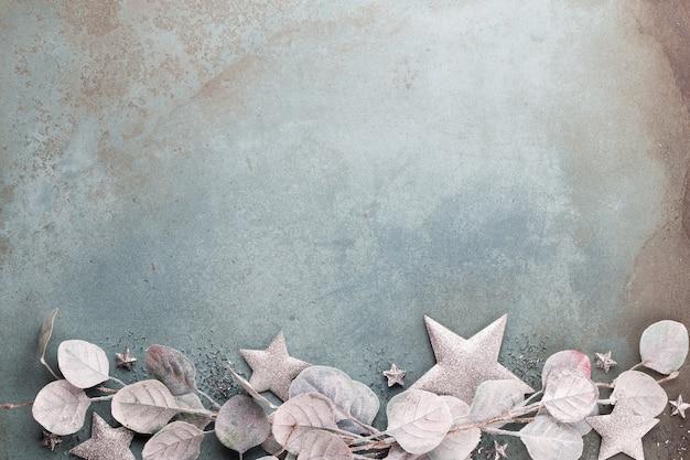 Celebração de ano novo e decoração de fundo de eucalipto com estrelas de natal