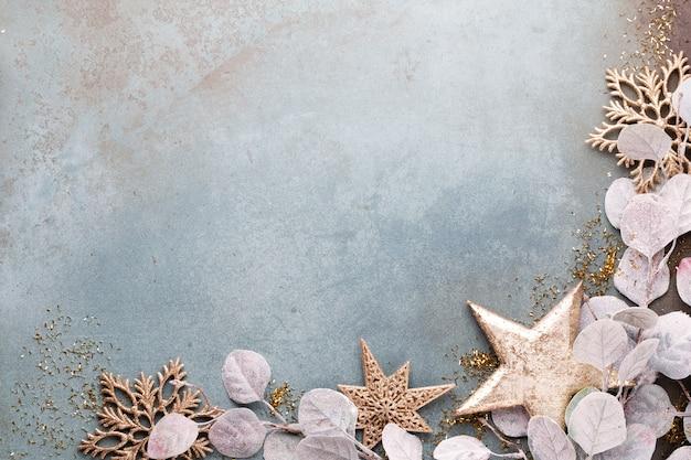 Celebração de ano novo e fundo de natal com flores douradas