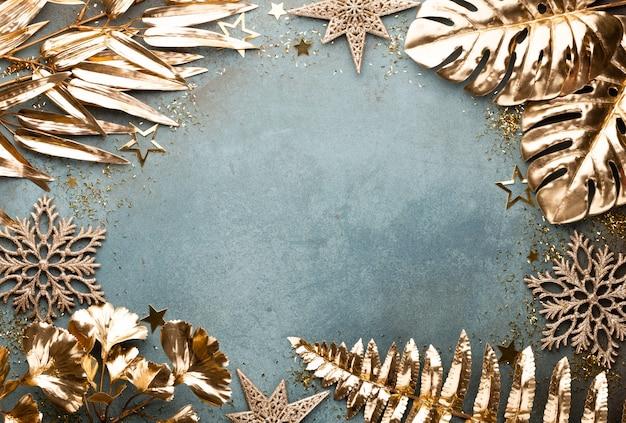 Celebração de ano novo e fundo de natal com vista superior de flores douradas, neve, estrelas e decorações de natal.