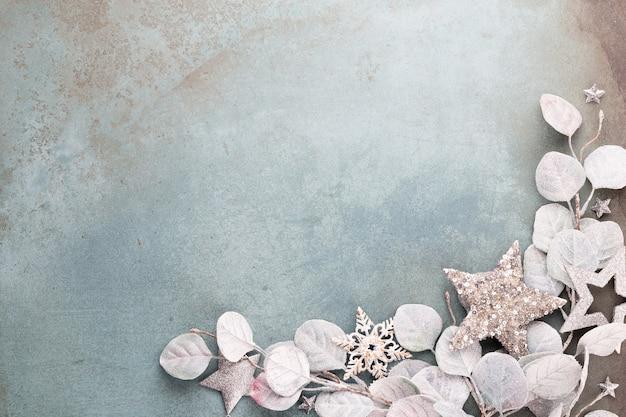 Celebração de ano novo e fundo de natal eucalipto e decorações de estrelas de natal vista superior