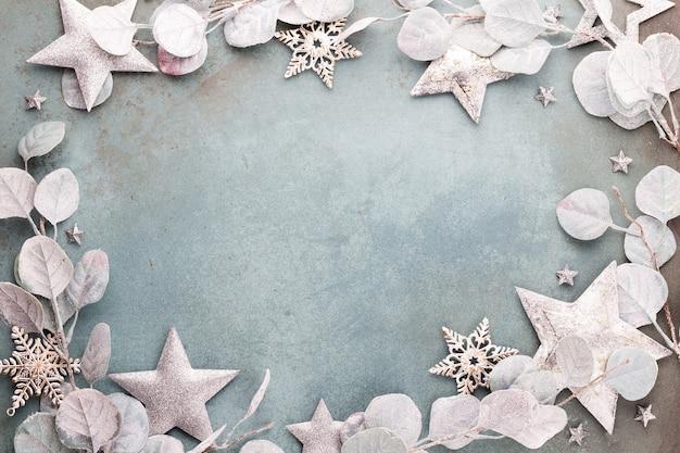 Celebração de ano novo e vista superior de eucalipto de fundo de natal e decorações estrela de natal.