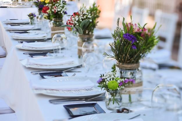 Celebração de casamento ao ar livre em um restaurante
