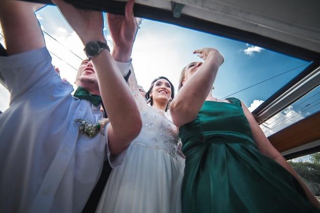 Celebração de casamento no carro