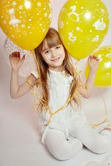 Celebração de criança menina moda com balões