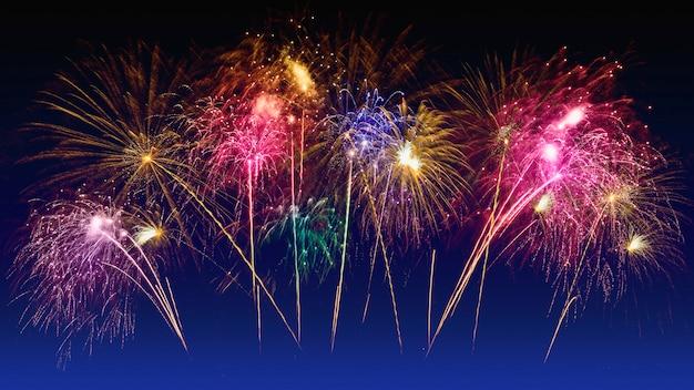 Celebração de fogos de artifício coloridos e o céu crepuscular