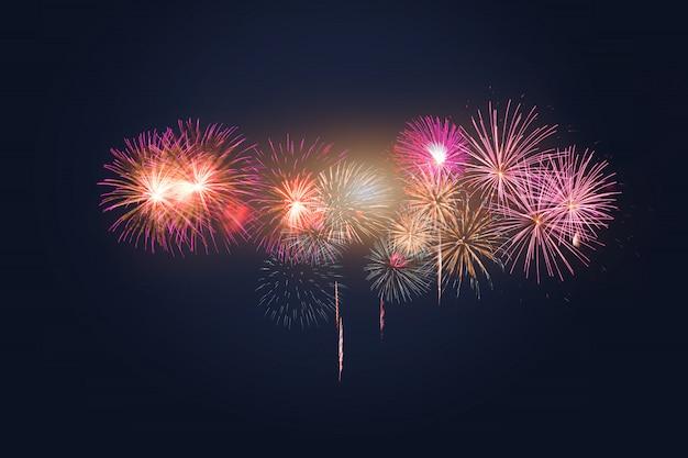 Celebração de fogos de artifício coloridos e o céu crepuscular.
