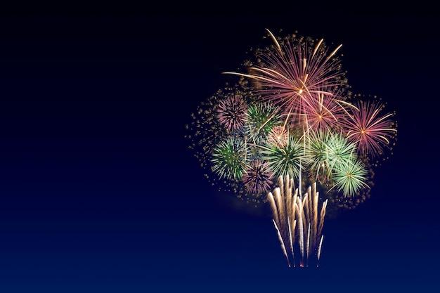 Celebração de fogos de artifício coloridos e o fundo do céu crepuscular com espaço de cópia.