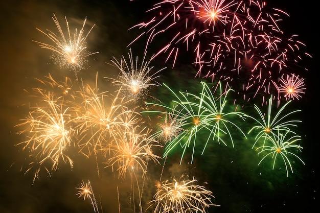 Celebração de fogos de artifício coloridos e o fundo do céu da meia-noite.